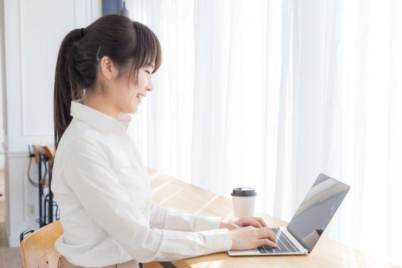 パソコンでエントリーシートを書いている学生