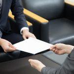 内々定・内定に関する書類のやりとりをする学生と企業担当者