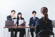 面接会場での人事担当者と就活生