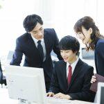 企業のインターンシップに参加している学生のイメージ