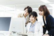 インターンシップに参加している女子学生