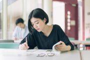 資格取得のための勉強に励む学生のイメージ